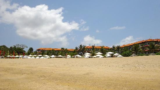 แกรนด์ มิแรดจ์ รีสอร์ท & ธาลาสโซบาหลี: Veiw from beach