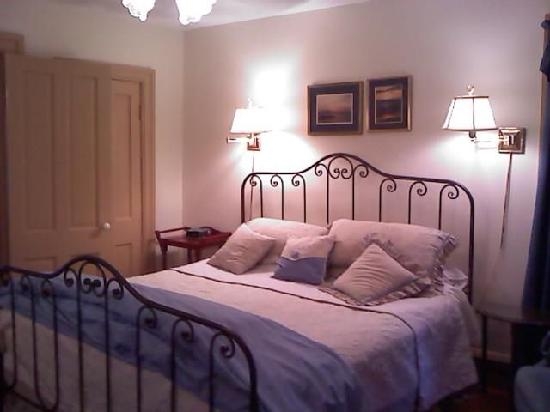 Grape Arbor Bed and Breakfast: king bed in Merlot room