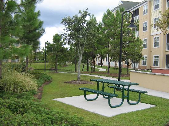 Sheraton Broadway Plantation Resort Villas: Grounds and barbeque area