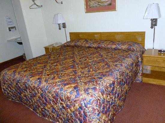 Royal Rest Motel: One King Bed Room