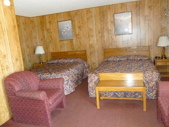 Royal Rest Motel: Two Queen Beds Room