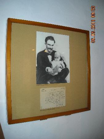 House of Jose Marti (Casa Natal De Jose Marti): Casa Natal de José Martí_Su única foto sonriendo, aqui con su hijo José Francisco