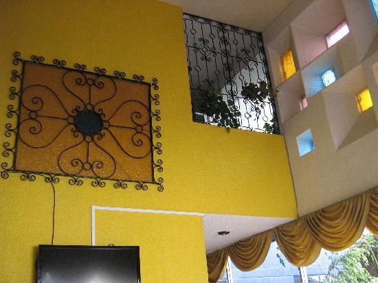 Savoy Inn: Pared Restaurante. Linda decoración.jpg