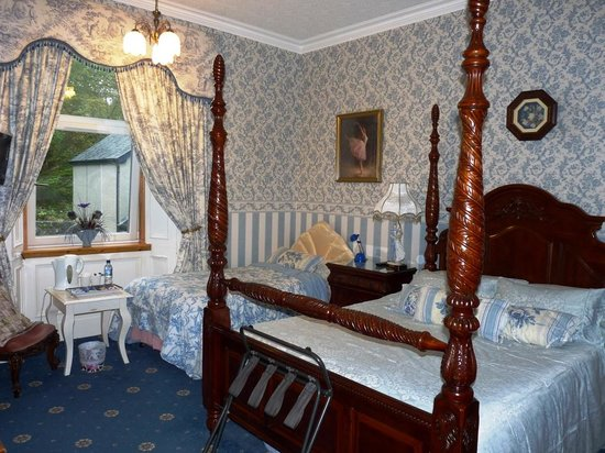 Corriemar Guest House: Cramped and excessive furnishings in 4 poster room