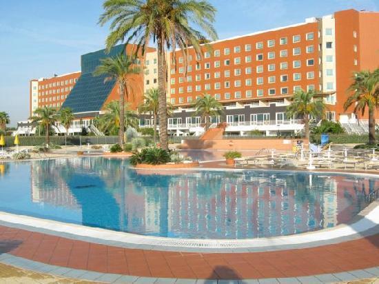 โรงแรมโรม มาร์ริออทท์พาร์ค: View from pool area of the hotel, on the back side of the property.