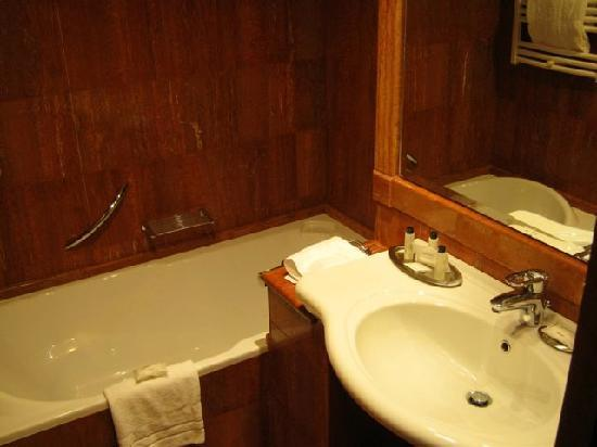 โรงแรมโรม มาร์ริออทท์พาร์ค: Second bathroom - this one has just a tub and a sink.