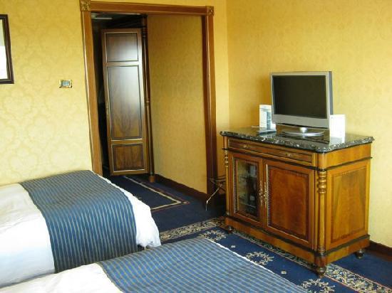 โรงแรมโรม มาร์ริออทท์พาร์ค: Another view, with the flat screen TV.