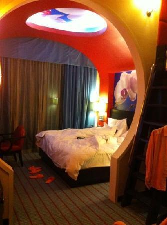 รีสอร์ท เวิร์ลด์ เซ็นโตซ่า-โรงแรม เฟสทีฟ: unique circle entrance to the Queen bed, loft on the right