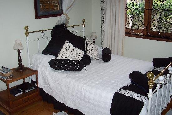 Jean Lee Guest Cottages: Blue Grass Room overlooking swimming pool