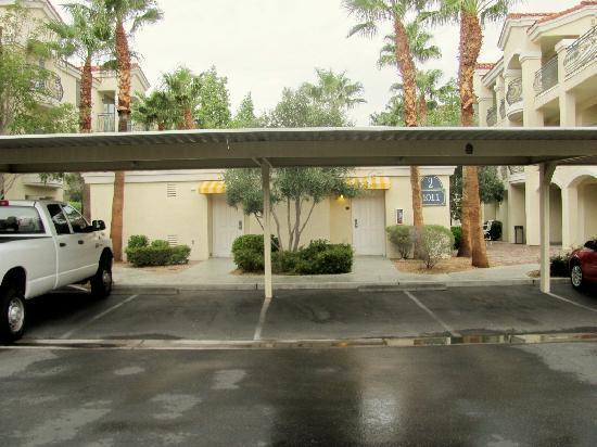 คลับ เดอ โซเลย์ ออล สวีทส์ รีสอร์ต: parking behind our building