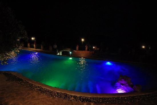 Hotel Relais du Silence Pian Delle Starze: piscina di notte