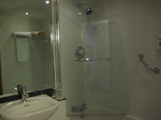 Treacys Hotel Waterford: Bathroom