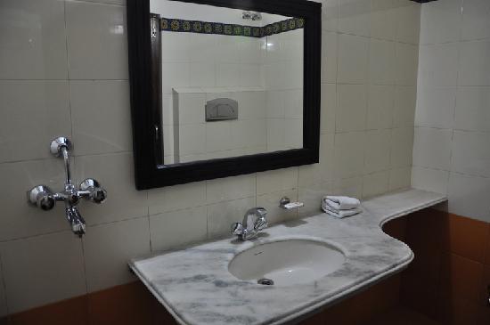 Rani Mahal - A Heritage Hotel: Bath Room