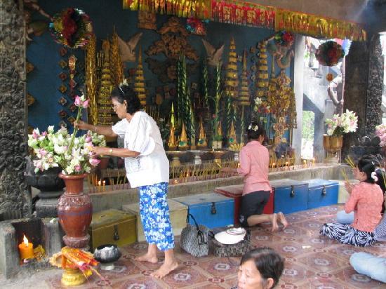 Phnom Kulen National Park: Temple worshippers