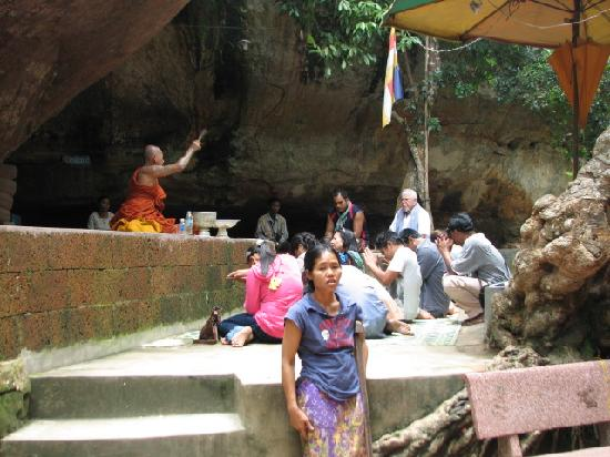 Phnom Kulen National Park: Phnom Kulen monk blessing worshippers