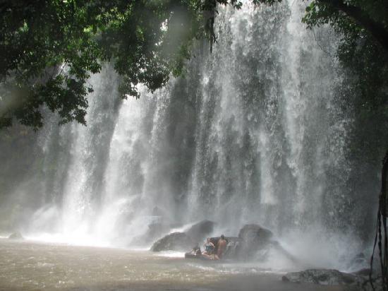 Phnom Kulen National Park: Bathing under the waterfall