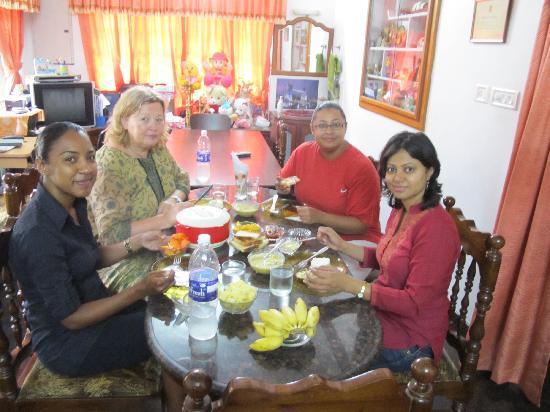 Beena Homestay: Enjoying breakfast