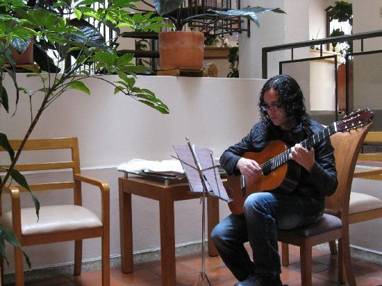 Hotel Casa Deco: The guitarist played beautiful music each morning