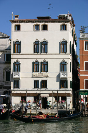 Hotel Antiche Figure: Overlooking the Grand Canal