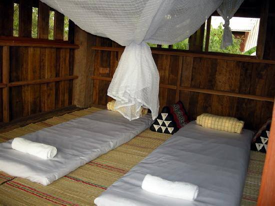 Ban Chunsongsang Home Stay: Family House traditional bedding
