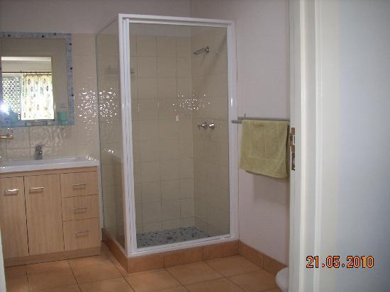 Oatlands Retreat: large bathroom