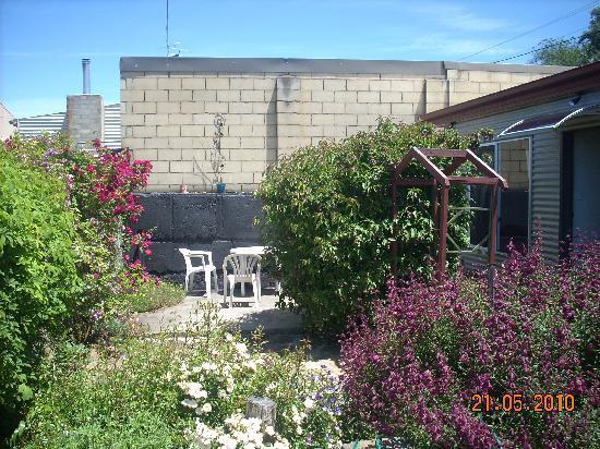 Oatlands Retreat: courtyard garden with o/door setting