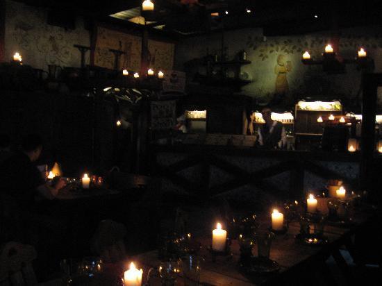 Olde Hansa: Innen mit Kerzenbeleuchtung und Wandmalerei