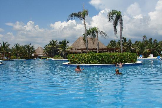 Valentin Imperial Riviera Maya: Pool was never crowded