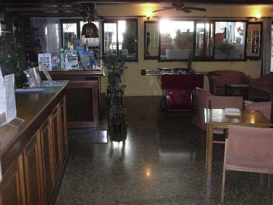 Hotel Antares: reception area