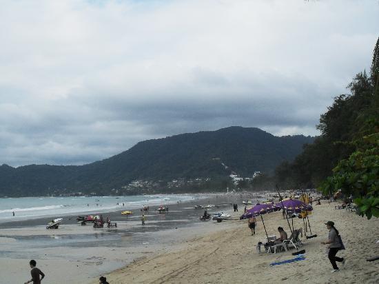 โรงแรมซีวีว ป่าตอง: Beach outside hotel