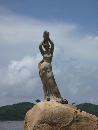 Statue of Fisher Girl: 望遠レンズで撮影