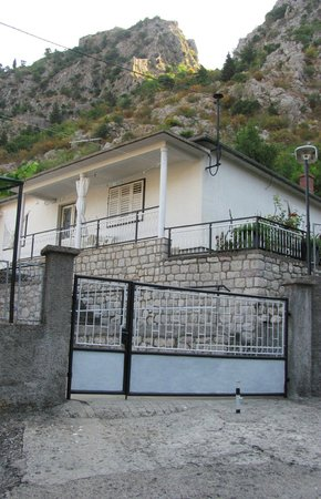Kotor: Hostel Suranj, outside