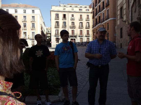 SANDEMANs NEW Europe - Madrid: Colin explains the royal family tree with the participants