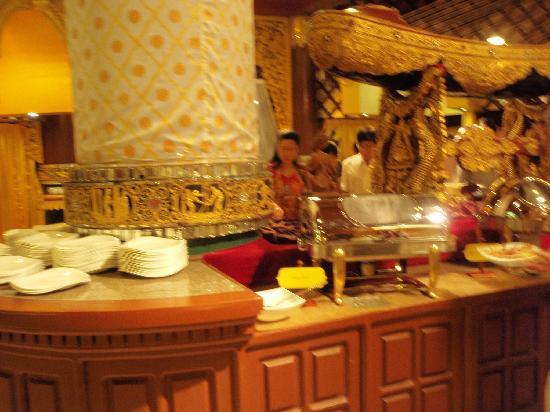 Karaweik Palace: 食事