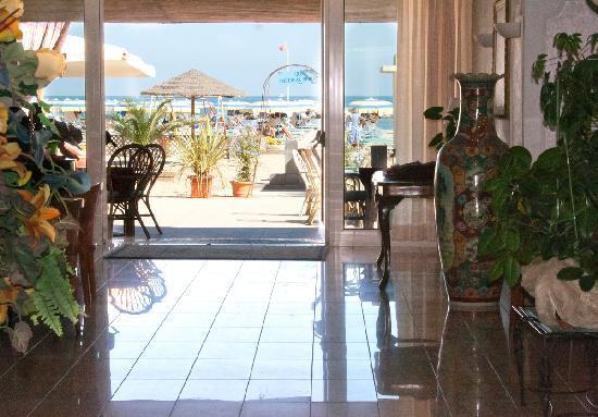 Hotel Imperial Beach: Ingresso Diretto in Spiaggia dalla Hall