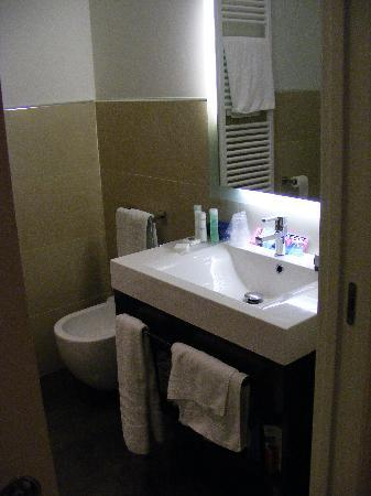 Laguna Palace Hotel: The bathroom