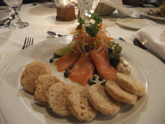 Champers Restaurant: pietanza al salmone