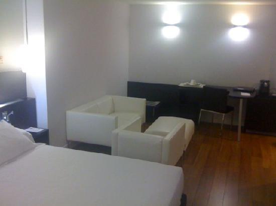 โรงแรมแอคเซอ บาราจาส์: Working zone and a bit of bed