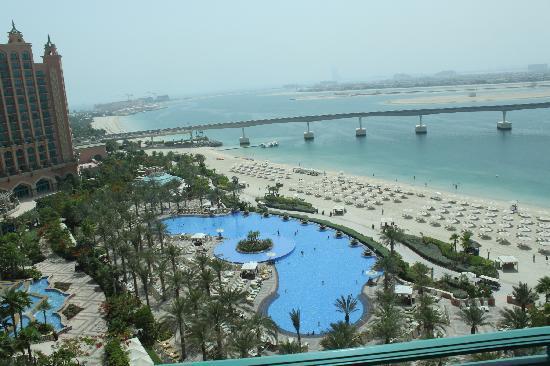 แอทแลนติส เดอะปาล์ม: View over pool, the palm and Dubai skyline