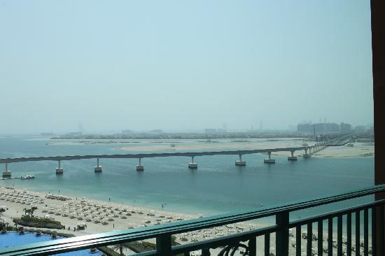 แอทแลนติส เดอะปาล์ม: View of monorail from Atlantis to mainland