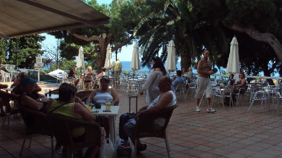 H·TOP Caleta Palace: The paved terrace