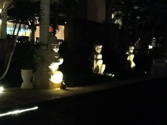 แอสตันบาหลีบีช รีสอร์ท & สปา: hotel entrance at night