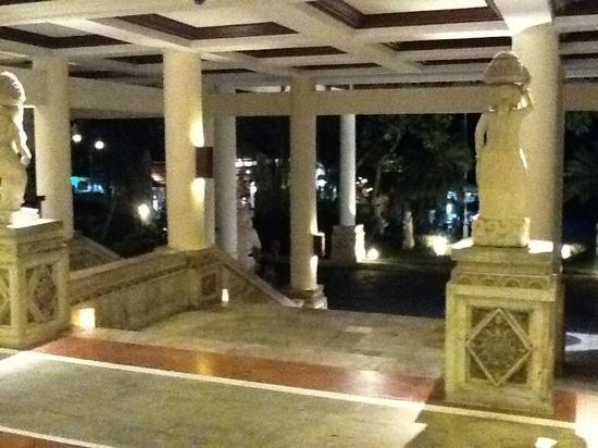 แอสตันบาหลีบีช รีสอร์ท & สปา: hotel lobby looking outwards