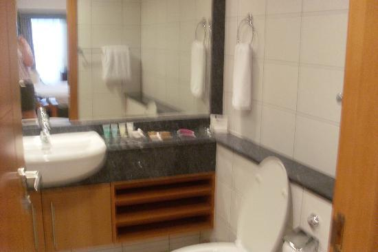 Al Salam Hotel Suites: A picture of a bathroom
