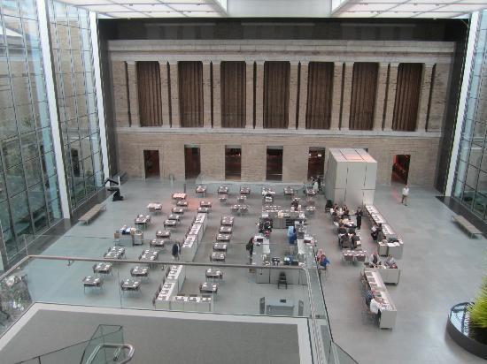 พิพิธภัณฑ์วิจิตรศิลป์: Atrium restaurant between new wing and older wing