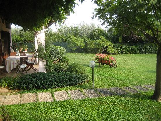 B&B Villa Beatrice: Garden with breakfast table