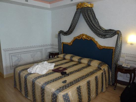 Hotel Villa Florida: Spacious bedroom