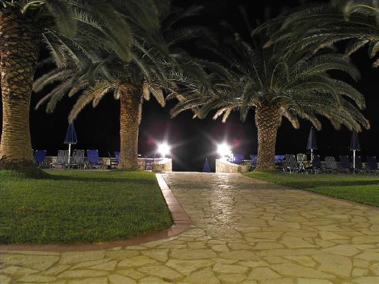 Zakantha Beach Hotel: hotel by night