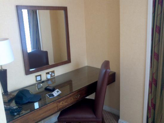 โรงแรมเดอ แวร์ สลาลีย์ ฮอลล์: vanity area in king bed room