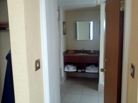 โรงแรมเดอ แวร์ สลาลีย์ ฮอลล์: door to bathroom